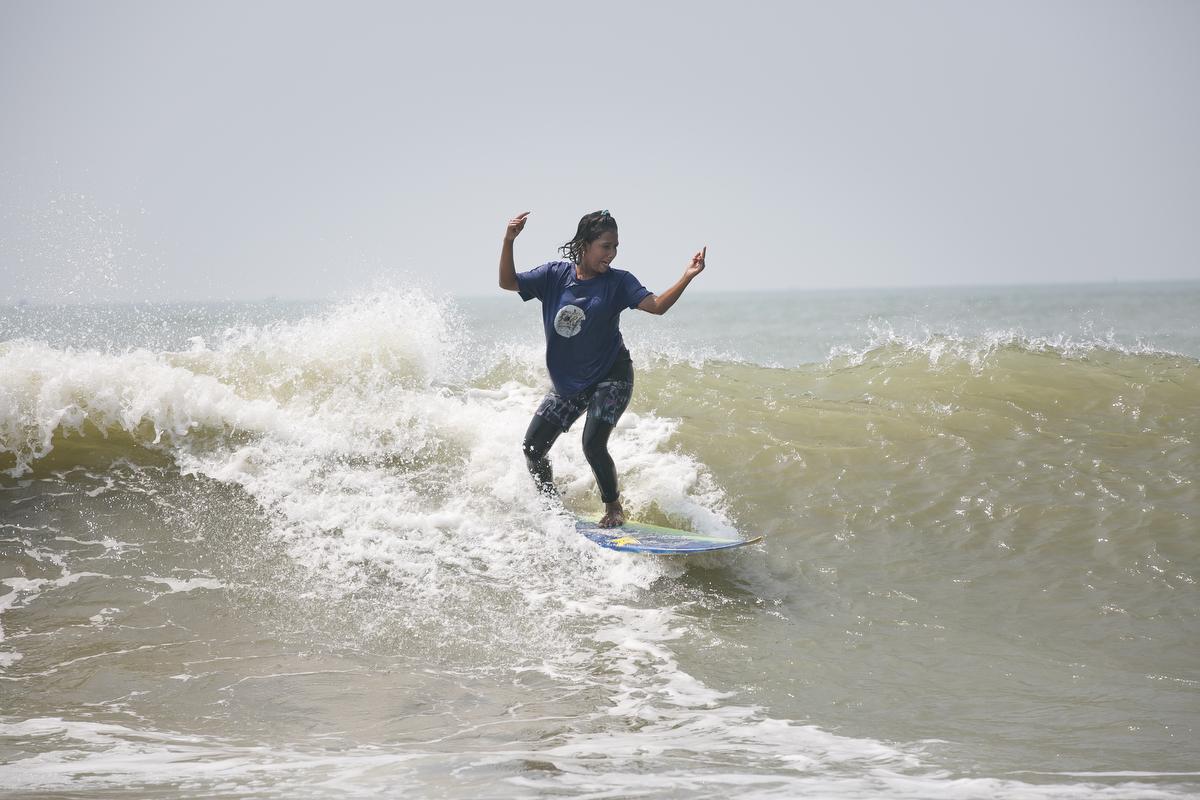 Aisha surfs