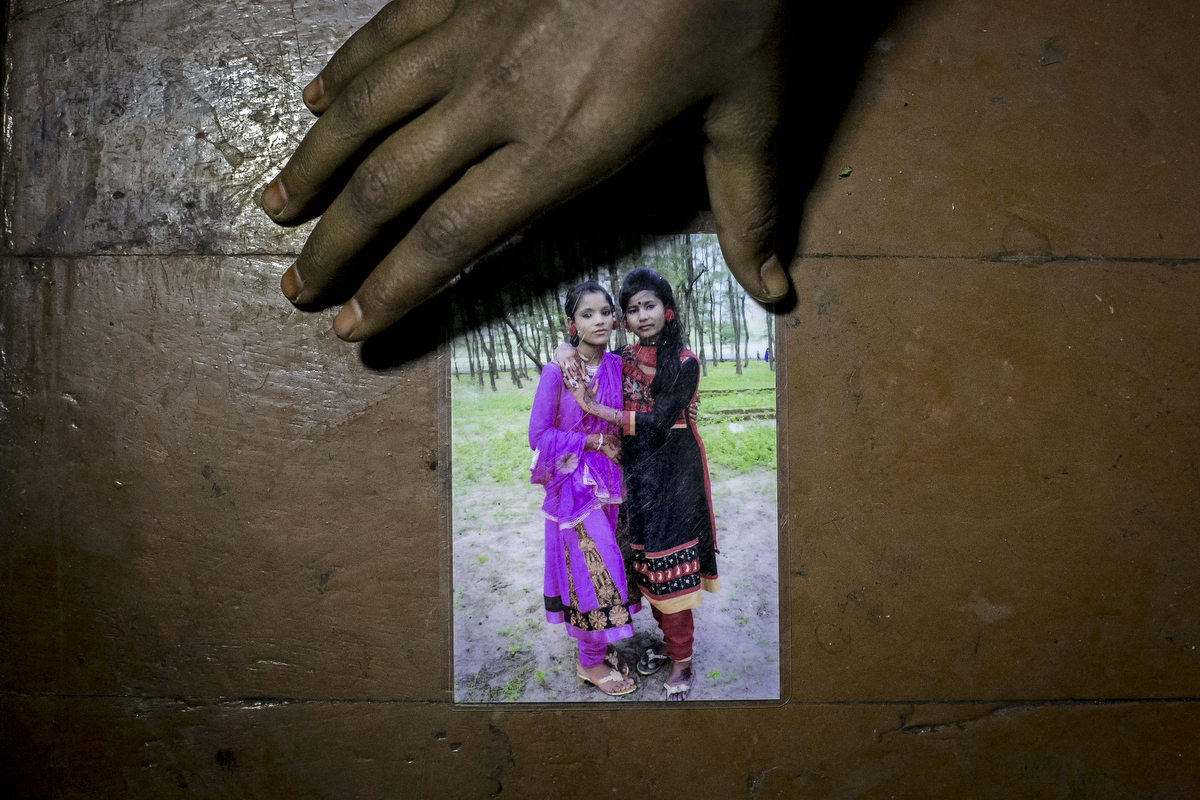 Sumi shows a photo of her and Suma from 2014