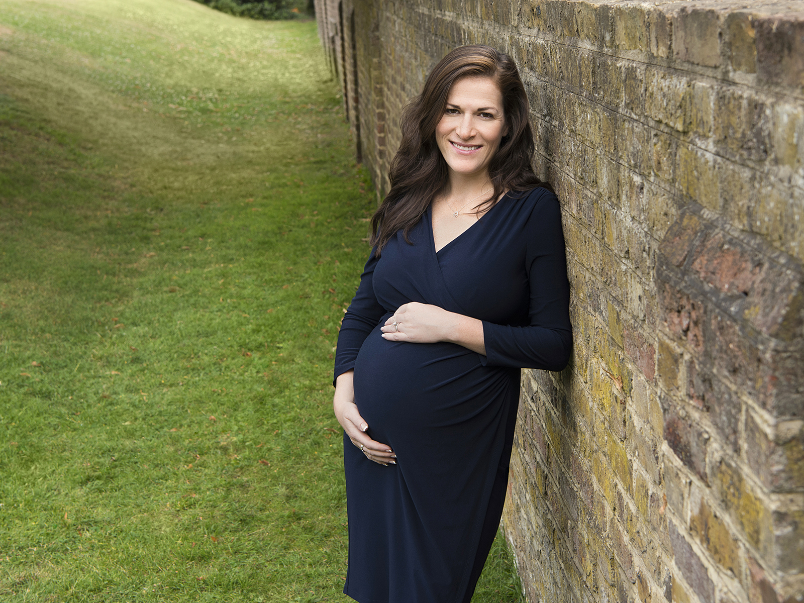 A relaxed maternity portrait shot on an outdoor location at Chiswick House.