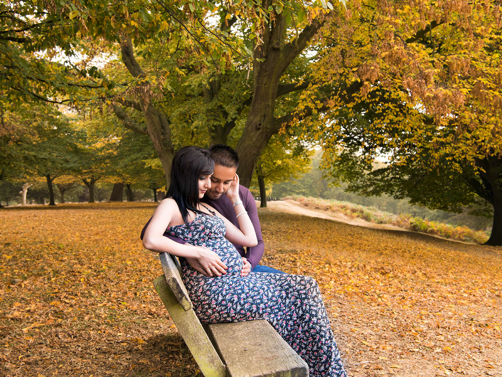 An atmospheric couples' maternity photography session in a London park.