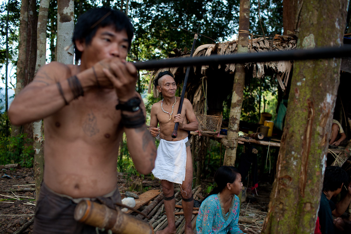 Bapa Sagung and Now Anit test some freshly made darts to be used in their blow pipes or kell'eh poot as they are referred to in Penan language.