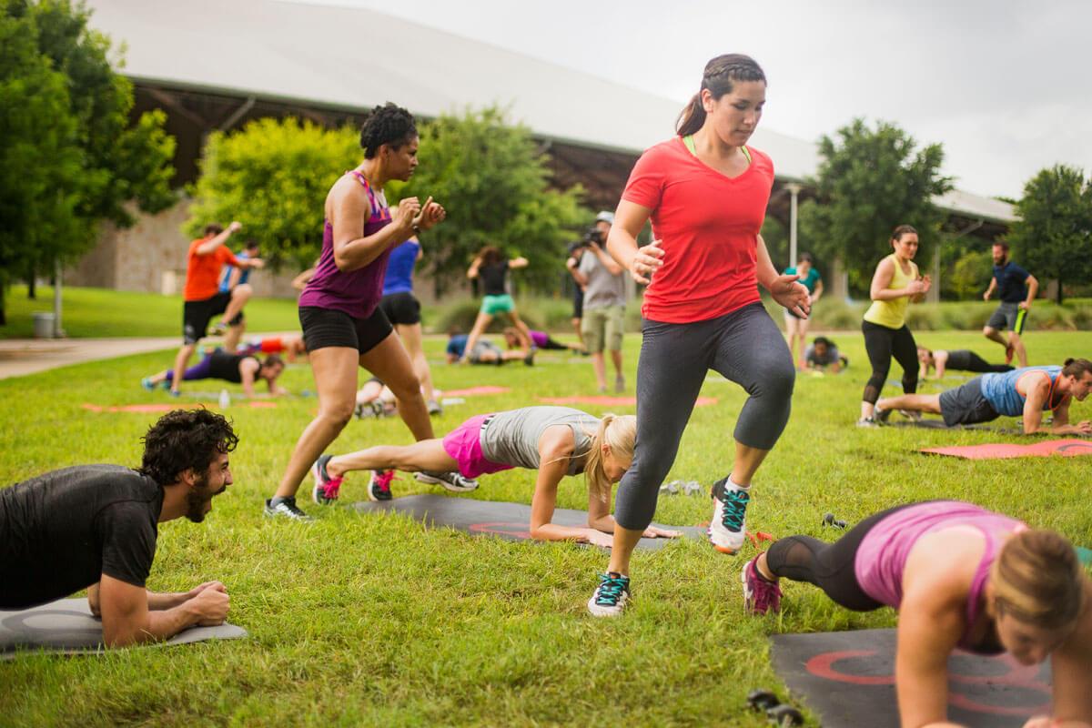 Lifestyle fitness photography training photoshoot outside.