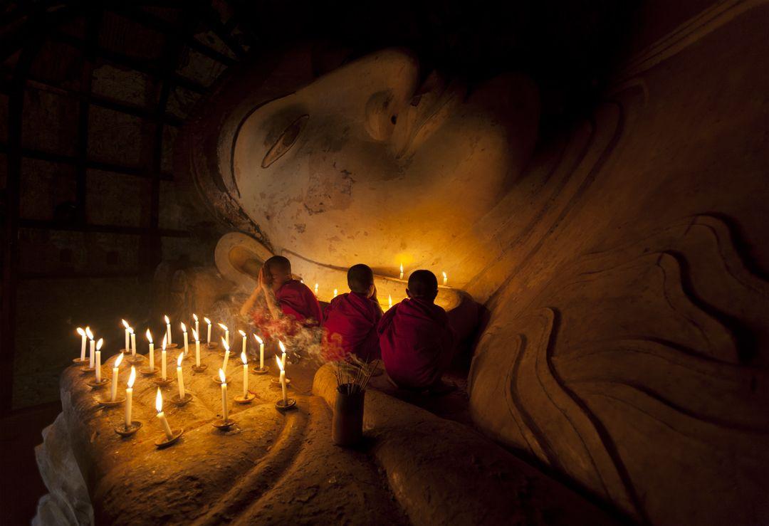 Praying monks - Shinpinthalyaung, Began - Myanmar