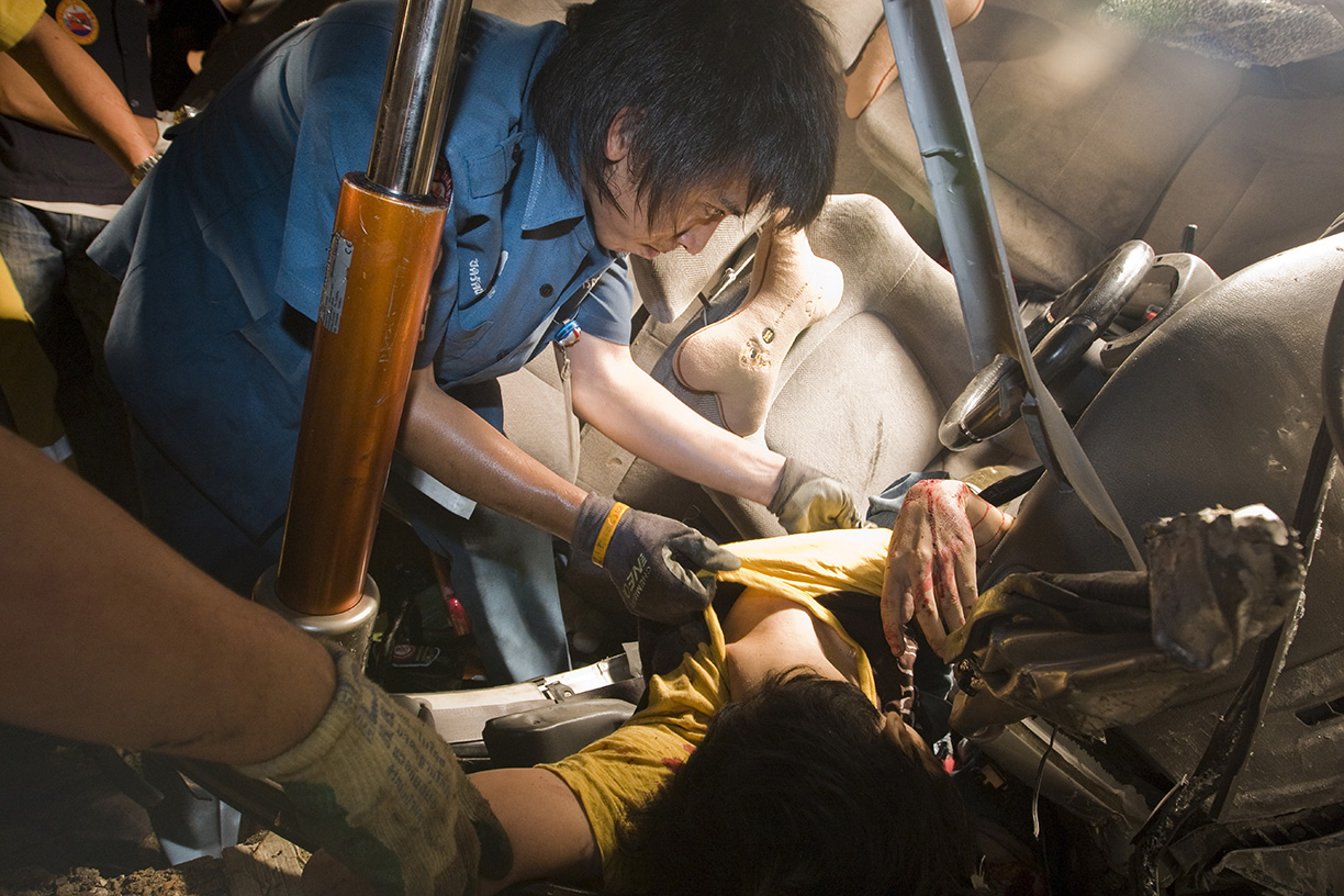 A Por Tek Tung employee nicknamed 'The Extractor' removes a dead body from an accident in Bangkok.