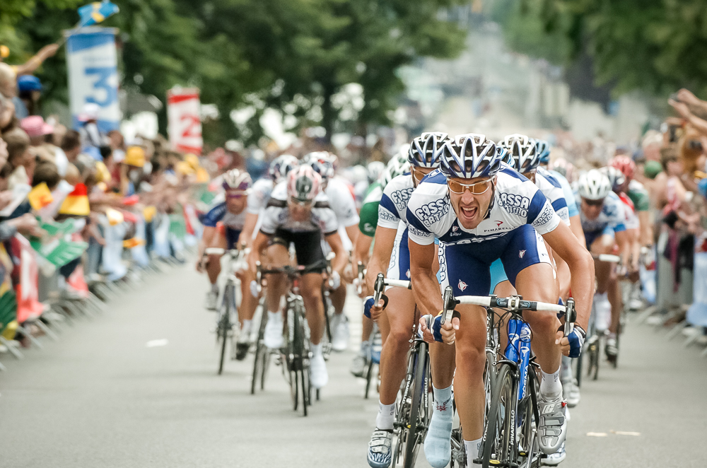 2004 STAGE 2 / Namur, France: The Fassa Bortolo lead-out train races toward the finish on July 5, 2004.