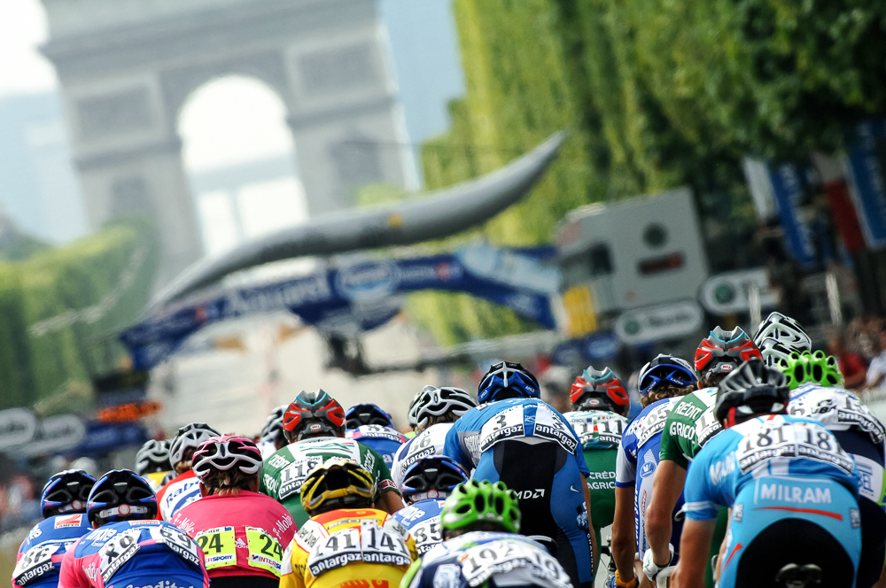 2006 STAGE 20 / Paris, France : The peloton enters Paris at the completion of the Tour de France.