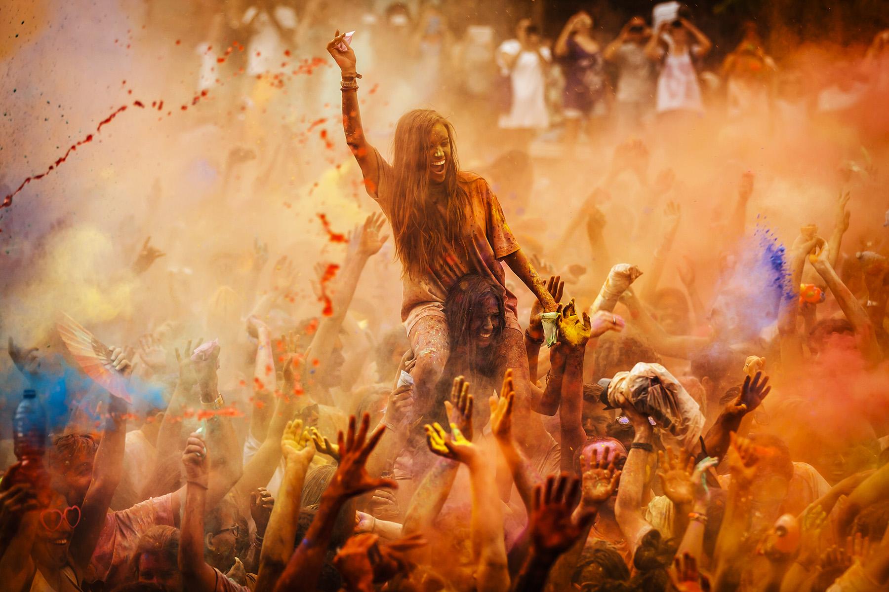 FOTOCAM 2015Fiesta de Monzon en LavapiesCientos de personas se han dado cita esta tarde en la plaza de Agustín Lara, en el madrileño barrio de Lavapiés, para disfrutar de una lluvia de colores.Se trata de la primera edición del Monsoon Holi Madrid o Fiesta de los Monzones, una refrescante versión del festival hindú que celebra la primavera, en la que los participantes se han bañado en agua mezclada con cientos de kilos de polvo coloreado ('gulaal') traídos de India.© Alberto R. Roldan / La Razon09.08.2014