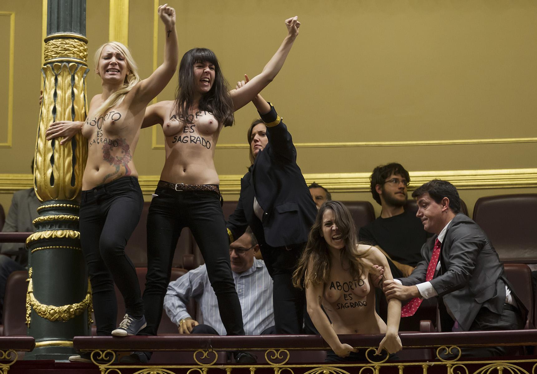 Sesión de Control al Gobierno en el Congreso de los DiputadosActivistas de Femen desnudas irrumpen desde las tribunas de publico del Congreso en defensa del aborto. © Alberto R. Roldán / La Razón09 10 2013