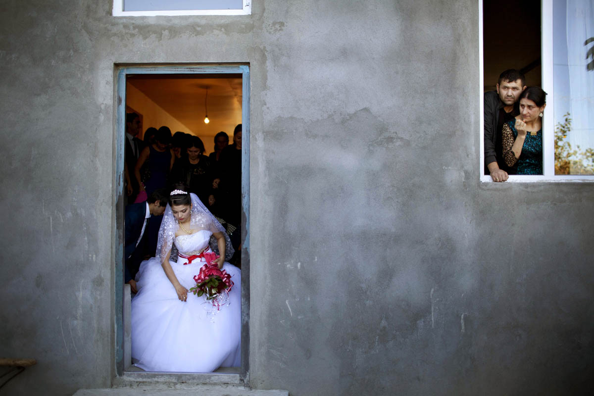 A 17-year-old bride leaves her house for the wedding ceremony. She met the groom one month earlier, on the day of their engagement.