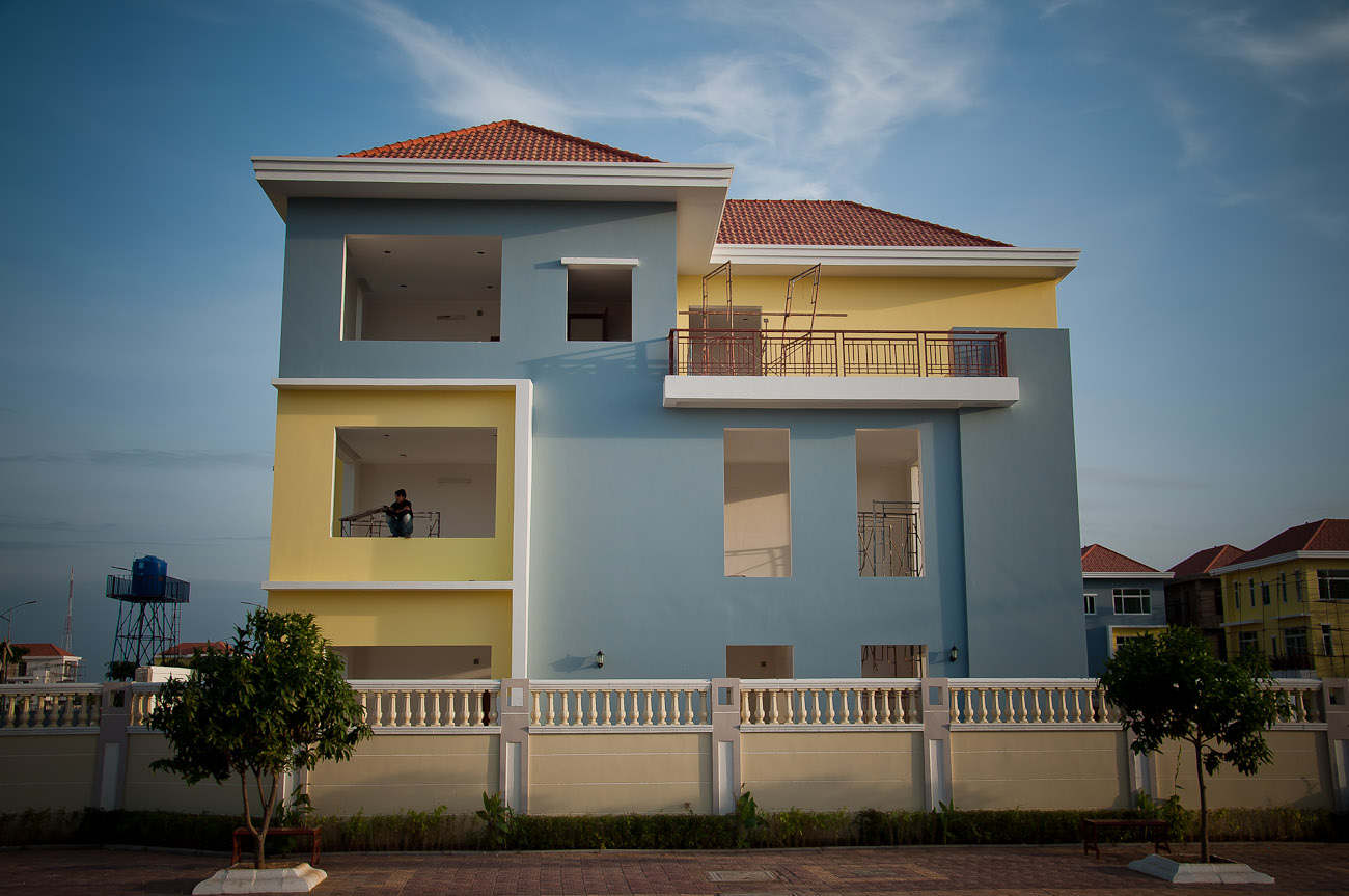 Elite Town is a gated community of single family homes nearing completion in Ko Pich (Diamond Island). It's located on prime real estate near the waterfront of Phnom Penh.  December 2011