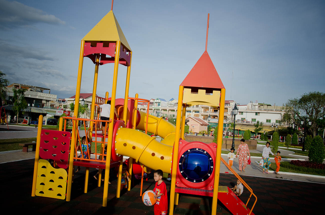 Pochentong Children's Playground  in Sangkat Kakap was officially inaugurated in October 2011. December 2011
