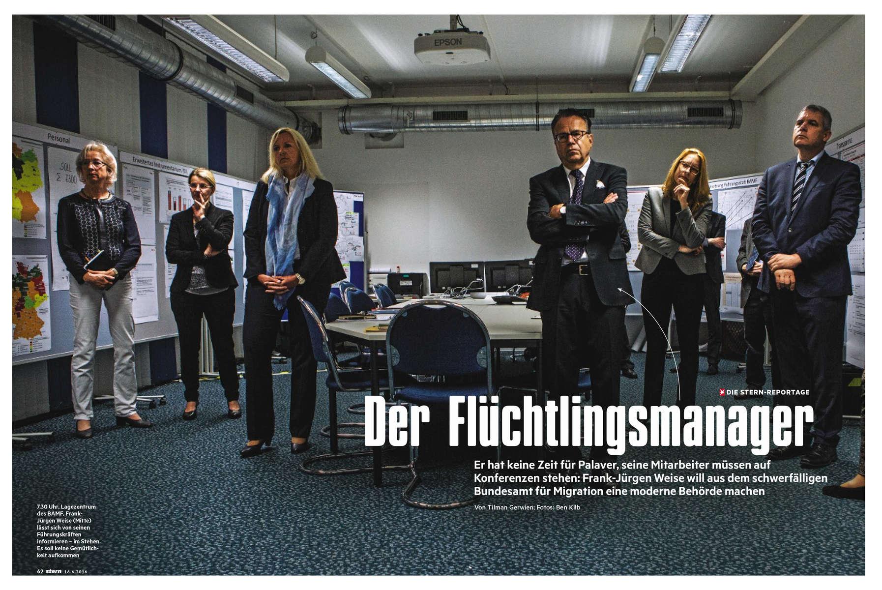 Im Bundesamte für Migration und Flüchtlinge in Nürnberg berät sich dessen Leiter Frank-Jürgen Weise mit seinen engsten Mitarbeitern
