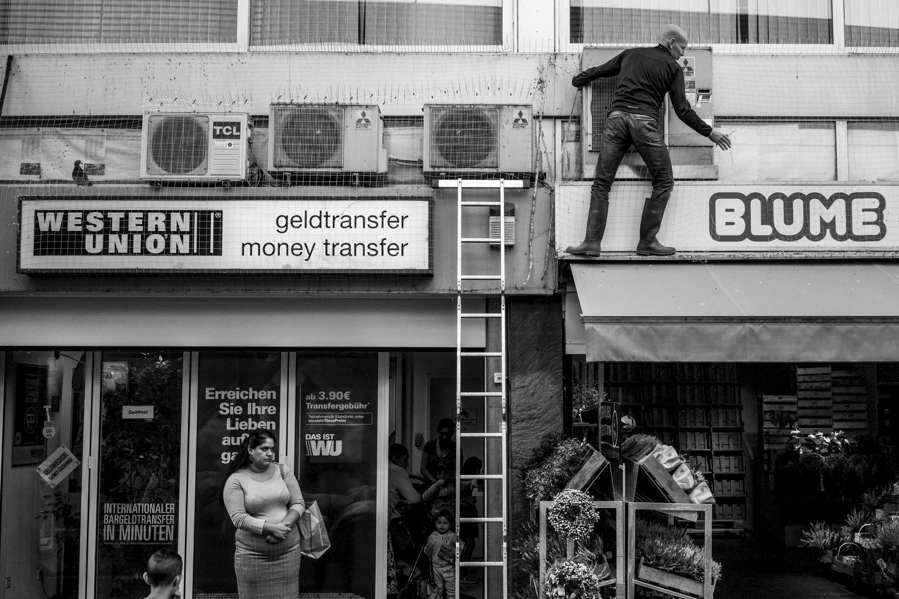 Andreas Kappelmann is freeing pigeons in downtown Offenbach that are trapped behind a massive bird defence system. Some of the pigeons are afraid and hiding behind the air conditioning systems. The activists of the 'Stadttaubenprojekt' often risk their health and sometimes lives to free pigeons that are trapped behind nets or stuck in them - sometimes in great height. The bird defence was installed by a pest control worker who did not check if there were pigeons behind the air conditioning system before he installed the net and the spikes. It is permitted in Germany to cut open bird defence systems if birds are trapped behind them. But municipalities and companies not only install nets and spikes:  Every now and then they also attach some kind of glue to buildings in which pigeons and other birds get stuck and sometimes die. Hawks are also used to get rid of pigeons, although they do not make a difference between pigeons and other birds.
