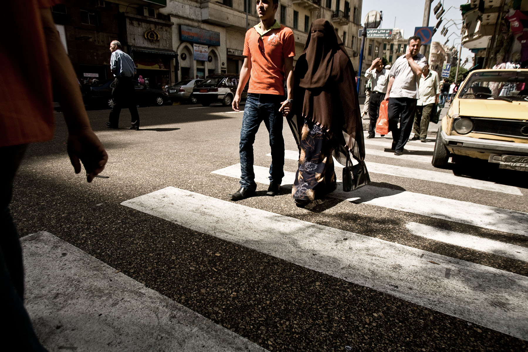 A couple crosses the street in Cairo, Egypt, May 3, 2008.