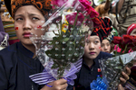 Hopone:  Ethnic Pa-Oo women hold flowers  as Aung San Suu Kyi speaks during an early election campaign visit to Shan state.Paula Bronstein for Der Spiegel / Getty Images Reportage