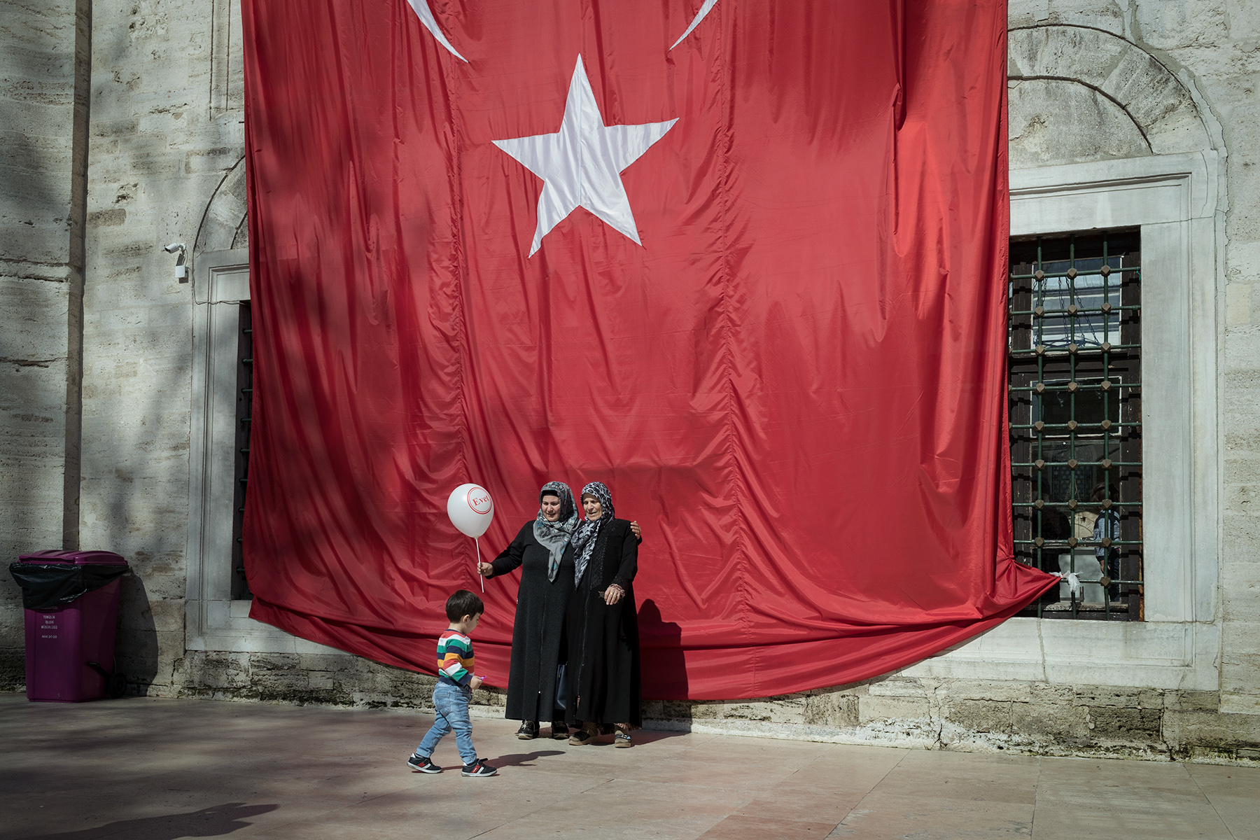 Women hold a balloon that reads 'evet' (yes) for the Turkish referendum in front of Eyup Sultan Mosque in Istanbul, Turkey on April 11, 2017.