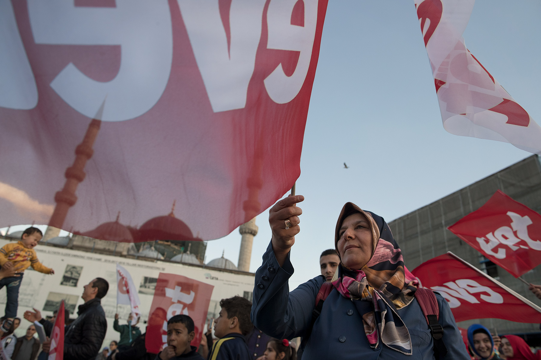 AKP supporters campaign for the Turkish referendum to say 'yes' (evet) on constitutional changes in front of Yeni Mosque in Istanbul, Turkey on April 10, 2017.