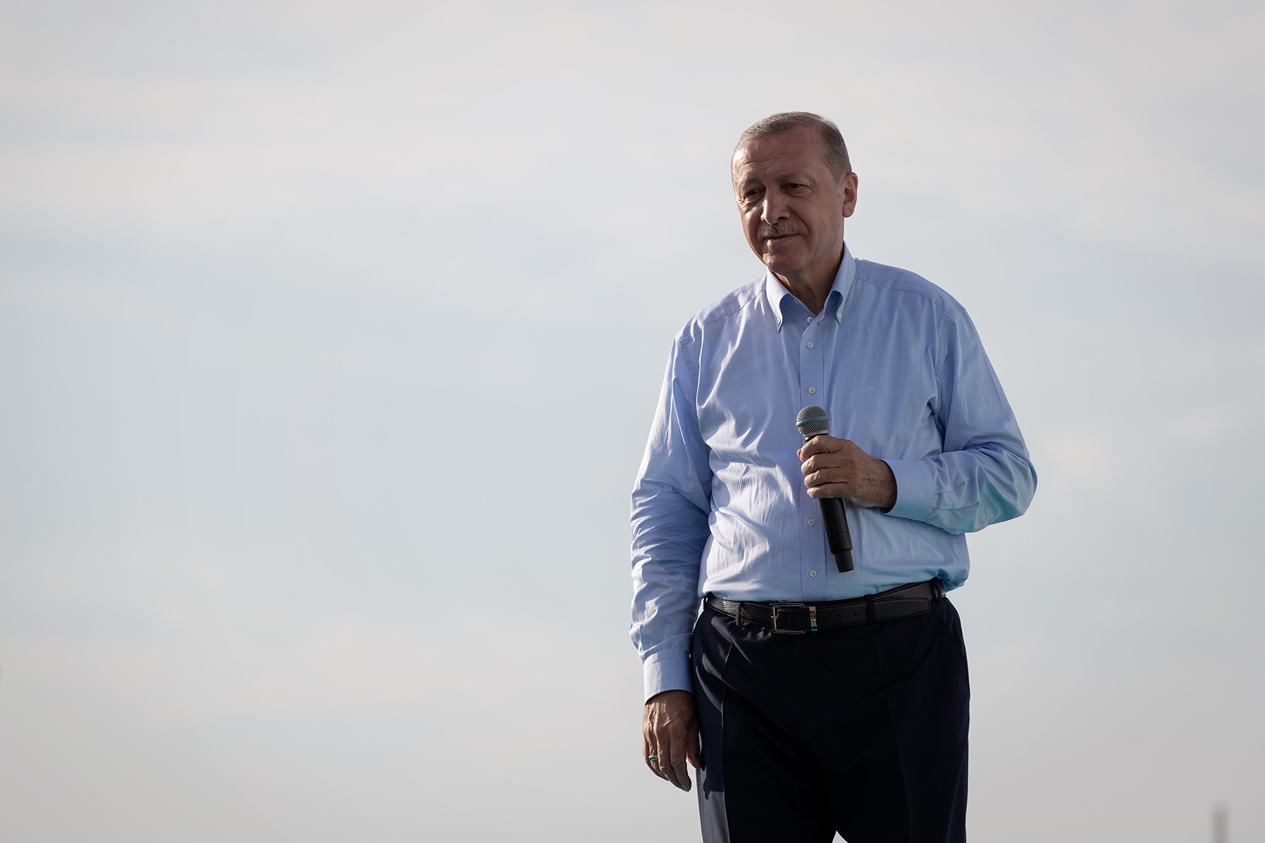 The outgoing president Recep Tayyip Erdoğan takes a break during an electoral rally and examines the reaction of his supporters facing the presentation of his building projects for Istanbul on June 17, 2018
