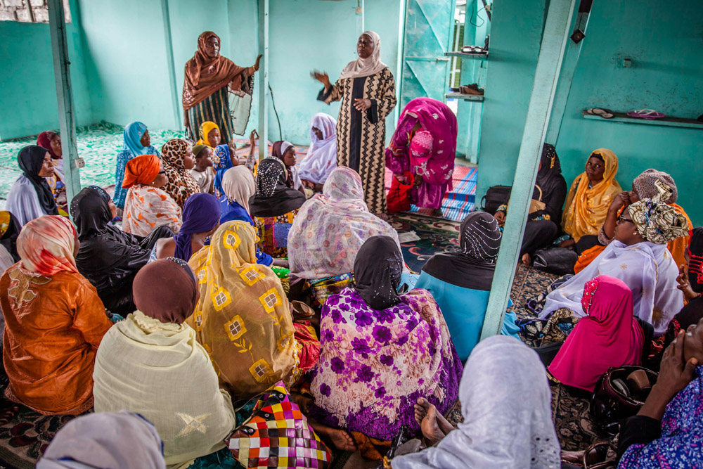 Women at Kinshasa's central mosque listen while Maman Ansar facilitators discuss family planning methods after Friday prayers. September 2016.