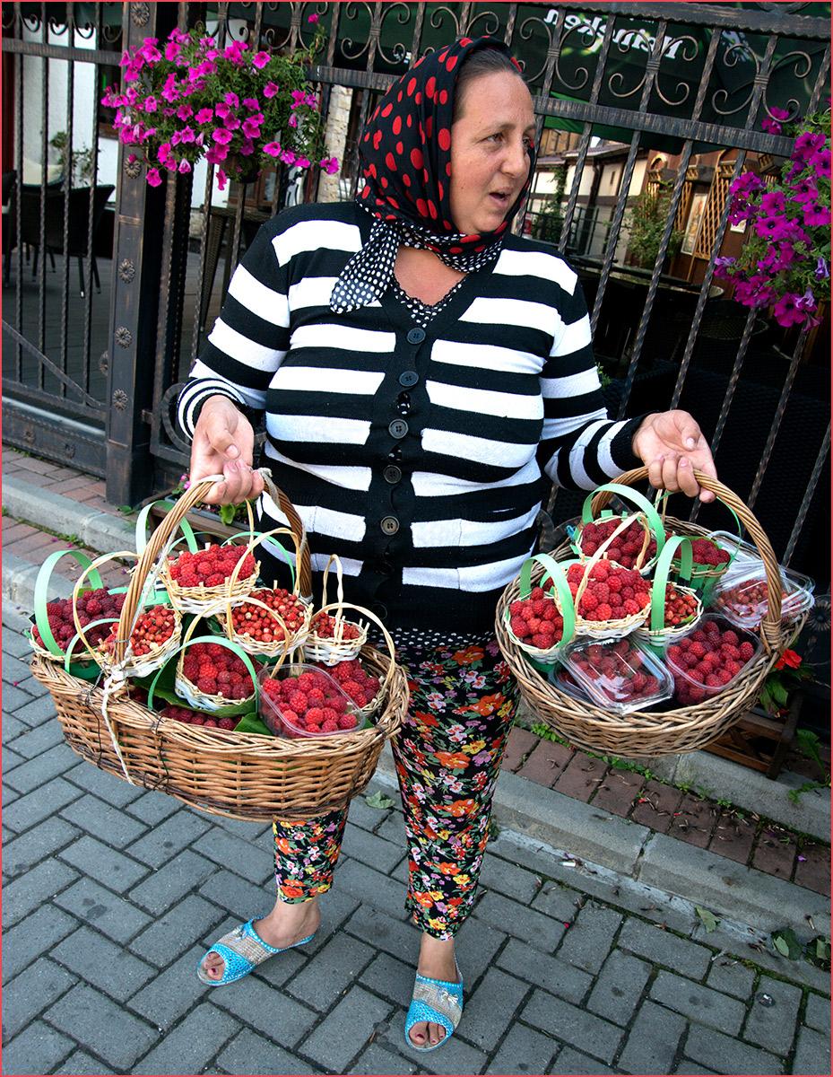 Romania-Berry-sales-lady