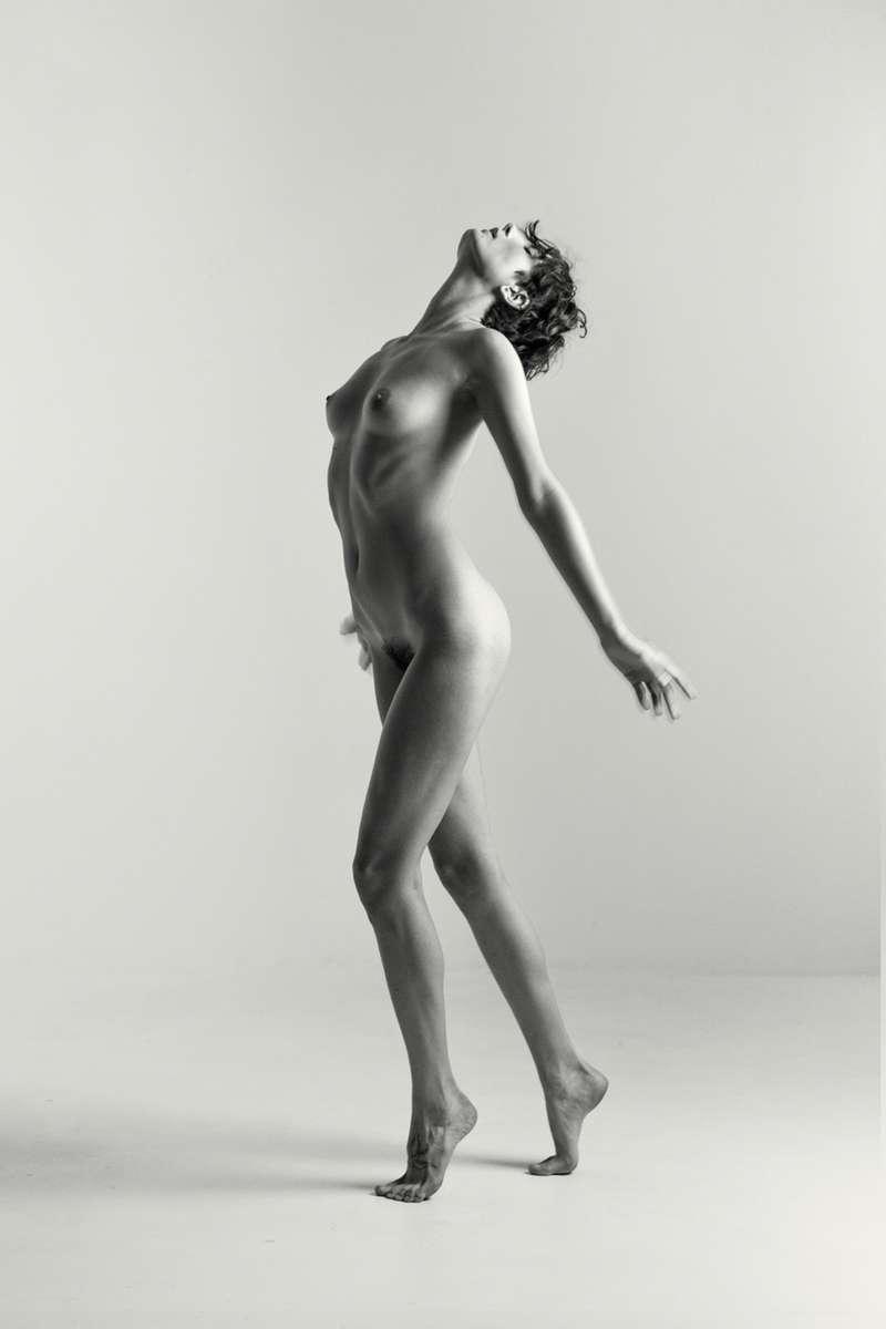 B+W Nude of Roarie Yum in a studio
