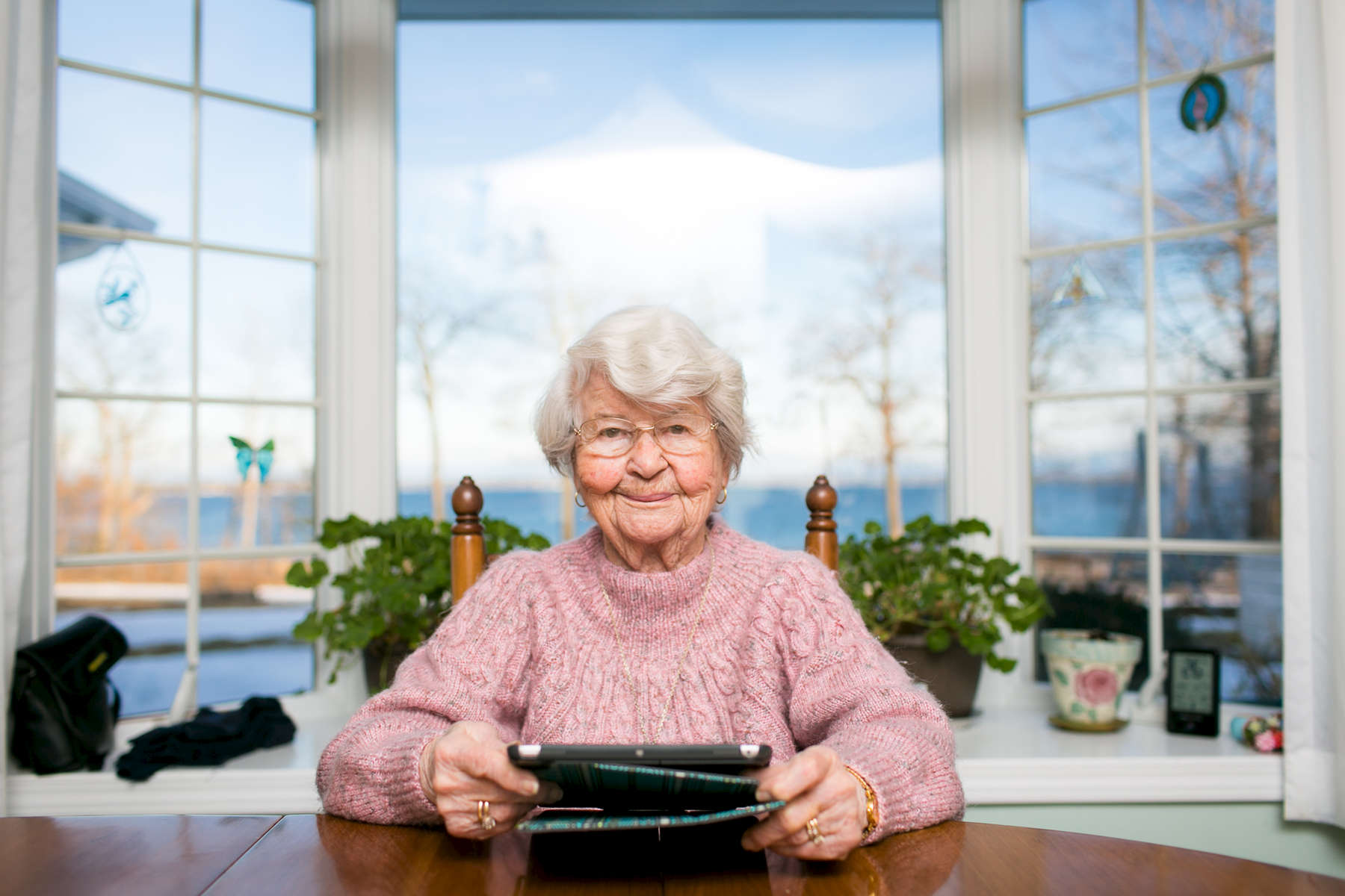 A Senior Planet event member poses for a portrait with her tablet.