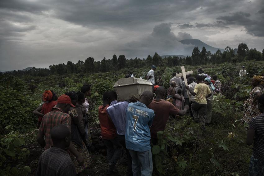 Africa, RD Congo, Nord Kivu, Goma. Funerale di Stella Sekanabo, uccisa, la notte del 9 ottobre 2012, da un commando di uomini non identificati. Il giorno del funerale i parenti e gli amici attribuiscono l'omicidio ad un manipoli di ribelli Tutsi filo M23. Un ennesimo episodio di violenza che crea una psicosi etnica degli Huto nei confronti dei Tutsi. Dopo questo omicidio è stato decretato il coprifuoco notturno nella città di Goma.Il cimitero dove è stato seppellita Stella Sekanabo si trova nella periferia di Goma nel terreno che segna il confine tra il Congo e il Ruanda. (paesi da oltre vent'anni in guerra che l'unica terra che condividono è quella per i defunti) Africa, Democratic Republic of Congo; North Kivu, Goma. 10th October 2012. The cemetery where Stella Sekanabo is buried is on the outskirts of Goma, on the land that marks the border between R.D. Congo and Rwanda (countries at war for over 20 years; the only land they share is occupied by the dead).