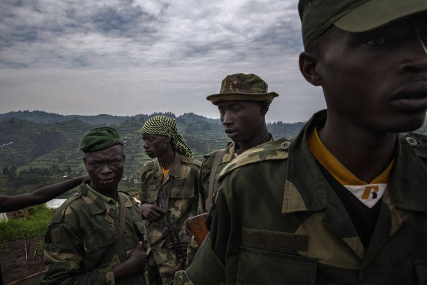 Republic Democratic of Congo, North Kivu, Masisi, Rubaya. 20/09/2013 The armed rebel movement of the Nyatura was formed by the secession, in 2010, of the CNDP rebel movement, now called M23. Formed mostly by Congolese Hutu, they are led by Colonel Marcel Habarugira. Today some of these rebels have been reintegrated into the regular Congolese army F.A.R.D.C. Without any form of salary, they survive by bullying. through abuse of power, abuse of civilians, raiding night and day and demanding a 10% tax on all forms of activity in the city of Rubaya. Some Nyatura patrol the territory around the mines.©Marco Gualazzini/ Getty Images Grants for Editorial Photography Recipient 2013Repubblica Democratica del Congo, Nord Kivu, Massisi, Rubaya. 20/09/2013  Il movimento ribelle armato dei Nyatura si è formato dalla secessione, avvenuta nel 2010, dal movimento ribelle CNDP, oggi chiamato M23. Formati per lo più da hutu congolesi, sono guidati dal Colonnello Marcel Habarugira. Oggi una parte di questi ribelli è stata reintegrata all\'esercito regolare congolese FARDC. Privi di qualunque forma di stipendio sopravvivono spadroneggiando, con abusi di potere, soprusi sui civili, razzie notturne, e diurne, pretendendo una tassa del 10% su qualunque forma di attività nella città di Rubaya. Alcuni Nyatura pattugliano il territorio attorno alle Miniere.