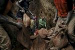 Republic Democratic of Congo, North Kivu, Masisi, Rubaya. 16/09/2013  Coltan, a rare metal used to make mobile phones and computers, is a mixture of Columbite and Tantalite. Its market value is so high as to have aroused the interest of multinational corporations and criminal organizations: in order to destabilize the political situation and take control of the mining business at a reasonable price, financial backing is given to armed groups waging war on one another. Under the supervision of the buyers in Rwanda, soldiers and police control the territory, exploiting the local population and reselling its natural resources: the proceeds are used to buy other weapons that provide additional power, thus creating a vicious circle it is difficult to break. Workers exit a mine shaft. Miners dig 50 meters underground for the minerals before transporting them to a nearby river where they are separated from rocks and sand before being sold to dealers. Mine accidents are common.Repubblica Democratica del Congo, Nord Kivu, Masisi, Rubaya. 16/09/2013 Il Coltan, un metallo raro usato per i microchip di telefoni cellulari e computer, è una miscela di Columbite e tantalite. Il suo valore di mercato è così alto da aver suscitato l\'interesse di multinazionali ed organizzazioni criminali: per destabilizzare la situazione politica ed appropriarsi dell\'estrazione mineraria a prezzi contenuti, vengono finanziati gruppi armati in guerra tra di loro. Sotto la supervisione dei compratori in Rwanda, soldati e poliziotti controllano il territorio, sfruttando la popolazione locale e rivendendo le risorse naturali: i proventi servono ad acquistare altre armi che garantiscono un ulteriore potere. Un circolo vizioso difficile da debellare.  Alcuni minatori escono da una un tunnel della miniera. Questi minatori scavano a volte buchi profondi oltre 50 metri per trovare i minerali. Una volta rimenpiti i sacchi, questi vengono trasportati ad un fiume ai piedi della collina dove sorge la miniera, 