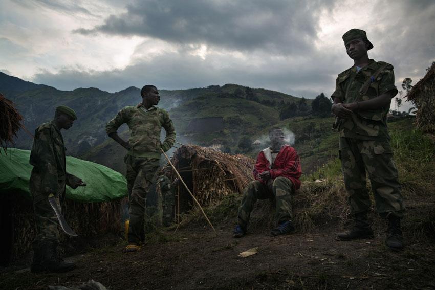 Republic Democratic of Congo, North Kivu, Masisi, Rubaya. 20/09/2013 The armed rebel movement of the Nyatura was formed by the secession, in 2010, of the CNDP rebel movement, now called M23. Formed mostly by Congolese Hutu, they are led by Colonel Marcel Habarugira. Today some of these rebels have been reintegrated into the regular Congolese army F.A.R.D.C. Without any form of salary, they survive by bullying. through abuse of power, abuse of civilians, raiding night and day and demanding a 10% tax on all forms of activity in the city of Rubaya. Some Nyatura patrol the territory around the mines.©Marco Gualazzini/ Getty Images Grants for Editorial Photography Recipient 2013Repubblica Democratica del Congo, Nord Kivu, Massisi, Rubaya. 20/09/2013  Il movimento ribelle armato dei Nyatura si è formato dalla secessione, avvenuta nel 2010, dal movimento ribelle CNDP, oggi chiamato M23. Formati per lo più da hutu congolesi, sono guidati dal Colonnello Marcel Habarugira. Oggi una parte di questi ribelli è stata reintegrata all\'esercito regolare congolese FARDC. Privi di qualunque forma di stipendio sopravvivono spadroneggiando, con abusi di potere, soprusi sui civili, razzie notturne, e diurne, pretendendo una tassa del 10% su qualunque forma di attività nella città di Rubaya. Acuni Nyatura pattugliano il territorio attorno alle Miniere.