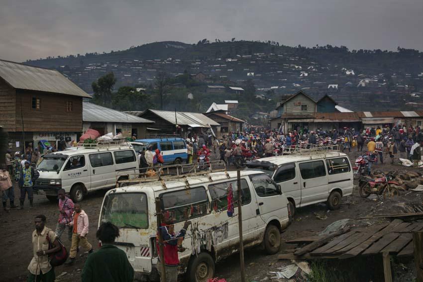 Republic Democratic of Congo, North Kivu, Masisi, Rubaya. 20/09/2013. Rubaya, in the region of Masisi in North Kivu, grew up around the mining and extraction of coltan and manganite. The city, a heap of wooden shacks that has formed on the sides of a single muddy road, is under the rigid control of the Nyatura, Congolese Hutu soldiers allied with the FARDC, the regular armed forces. A glimpse of the city center at dawn.Repubblica Democratica del Congo, Nord Kivu, Masisi, Rubaya.20/09/2013. Rubaya, nella regione del Masisi in nord Kivu, si è sviluppata intorno all\'attività mineraria di estrazione della manganite e del Coltan. La città, un cumulo di baracche in legno cresciute ai lati di un\'unica strada di fango, è sotto il rigido controllo dei Nyatura, militari hutu congolesi alleati con le FARDC, le forze armate regolari. Uno scorcio del centro della città al tramonto.