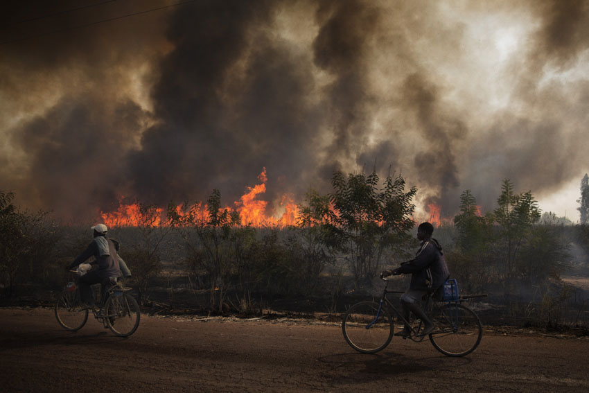 Africa, Mali, Ségou. A fire burns filds along the road between Ségou and Niono. 23rd January 2013©Marco Gualazzini for The New York Times