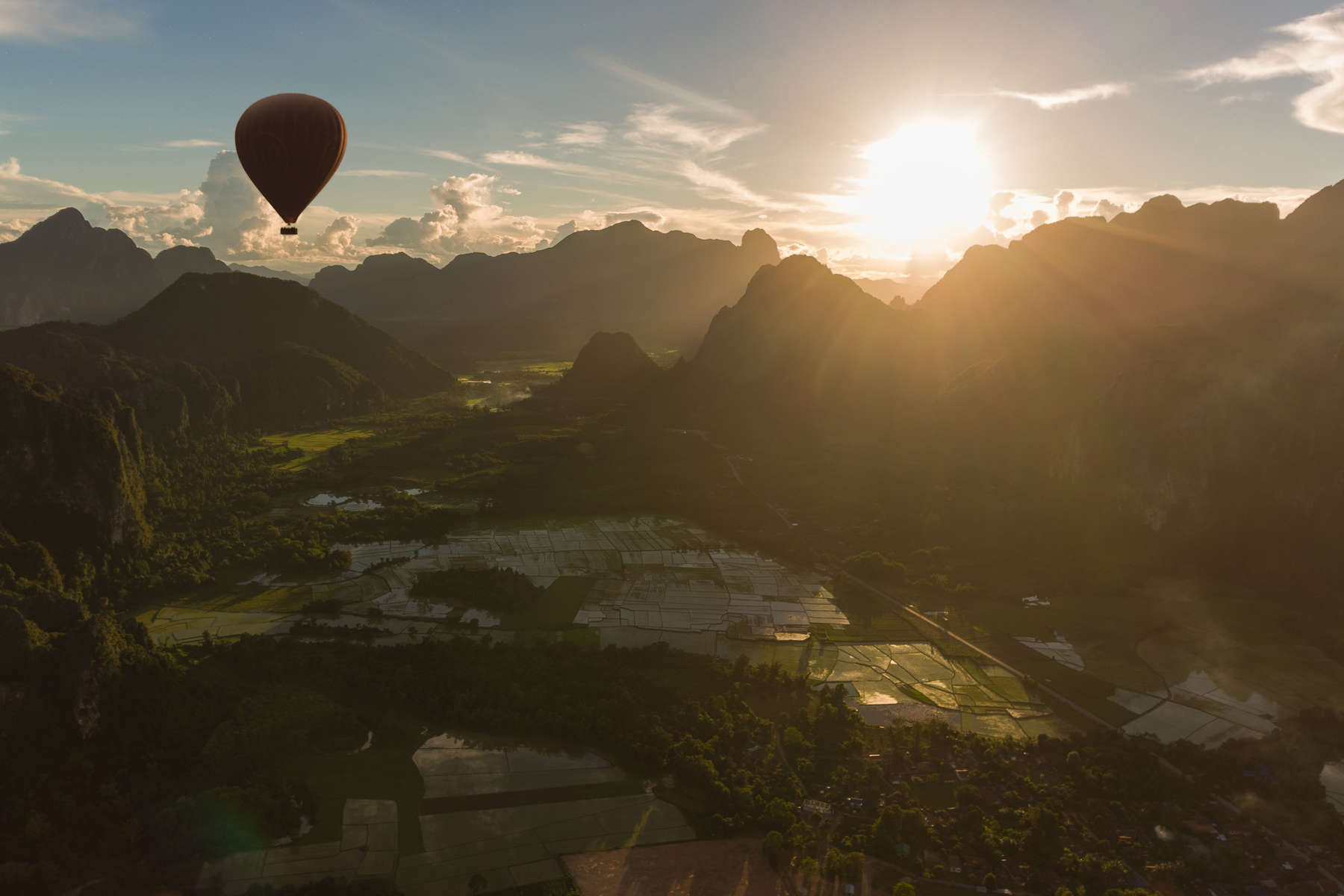 Laos-Vang-Vieng-Balloon-02-landscape-GIZ-photo-by-Cyril-Eberle-DJI_0592