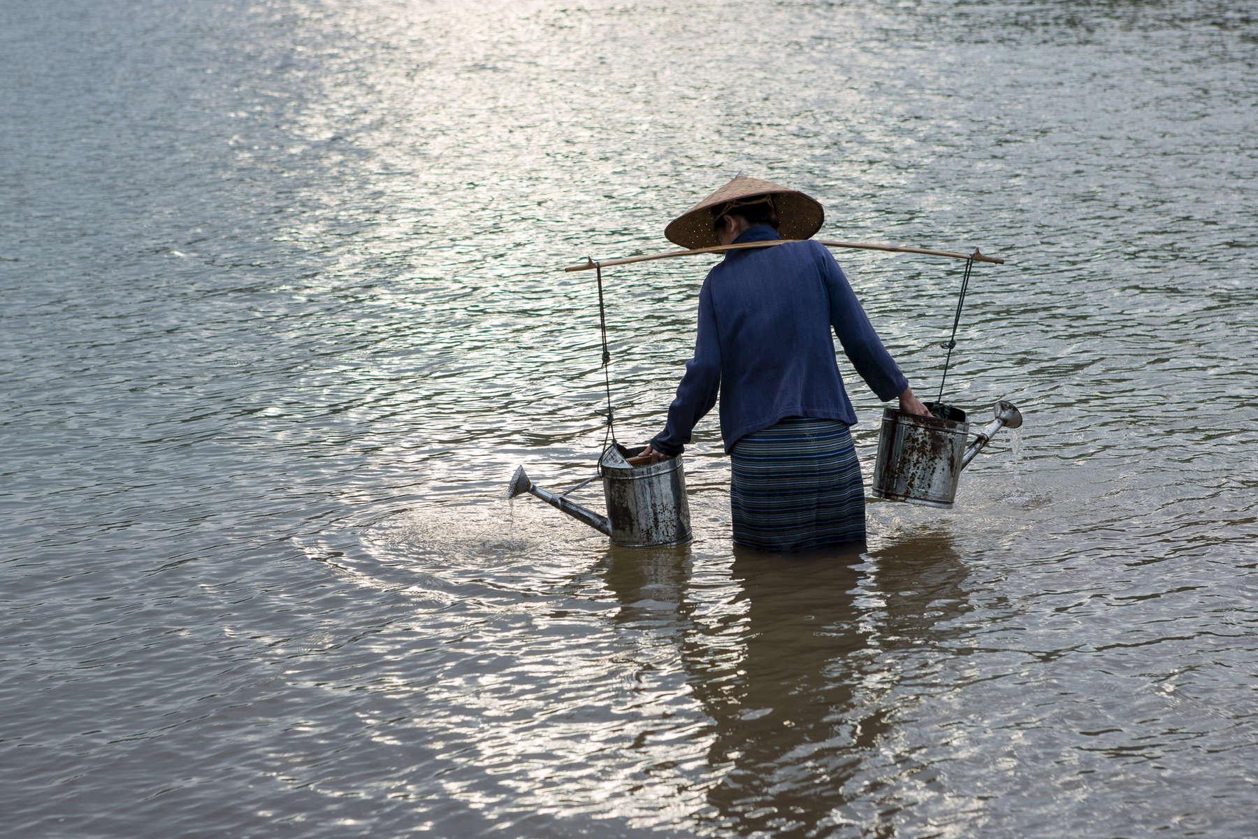 laos-farmer-mekong-photo-by-cyril-eberle-CEB_0332