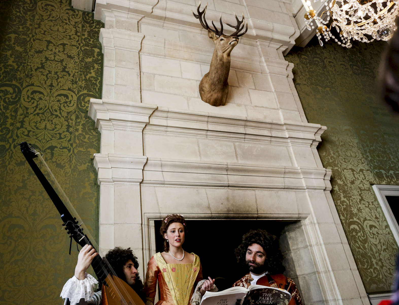 Romain Falik, Léna Rondé and Camille Ranciere play a music to the castle's visitors between two performances.