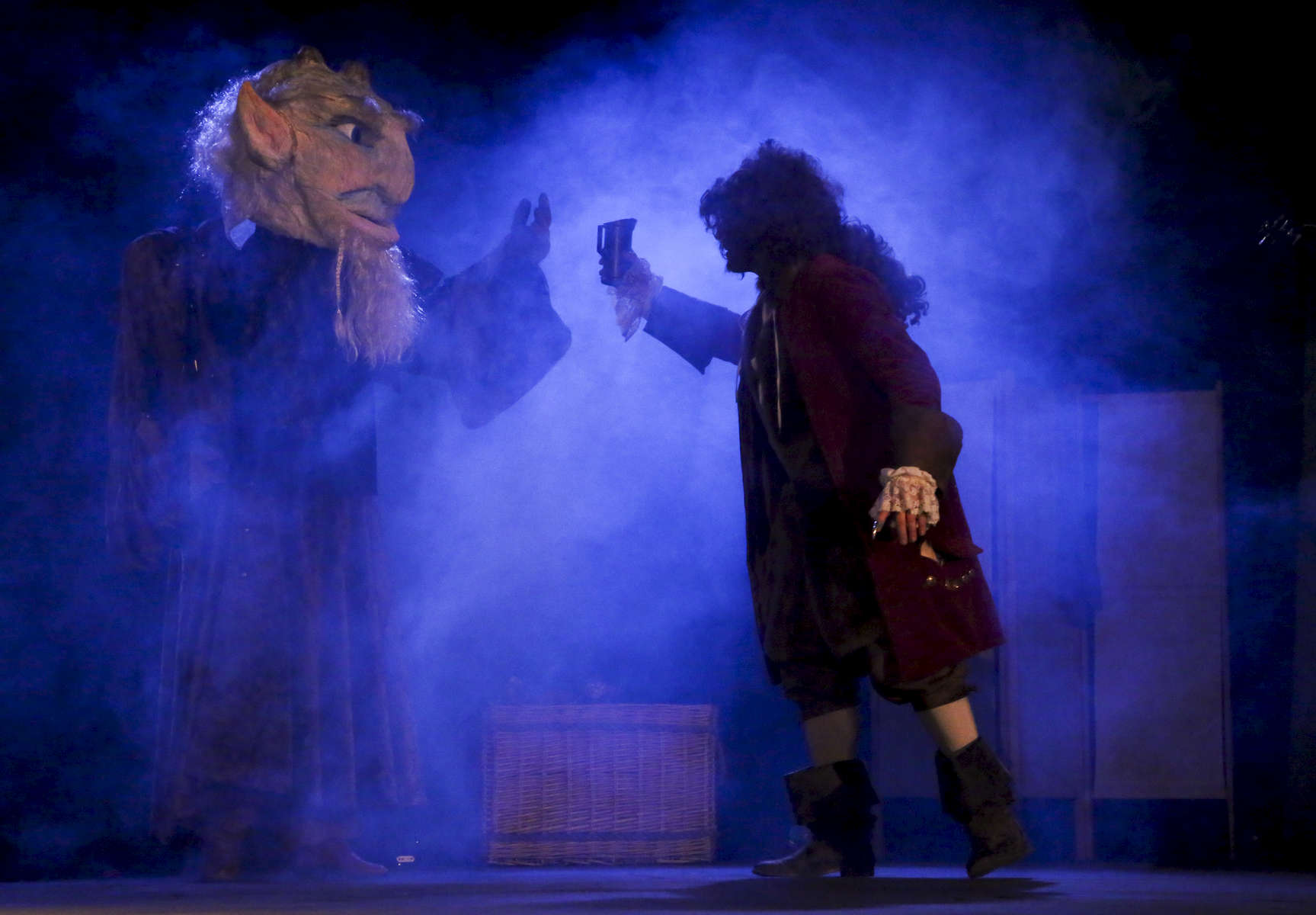 Master Cat. played by Arnaud Leray cheers with the ogre played by Thierry Peteau.