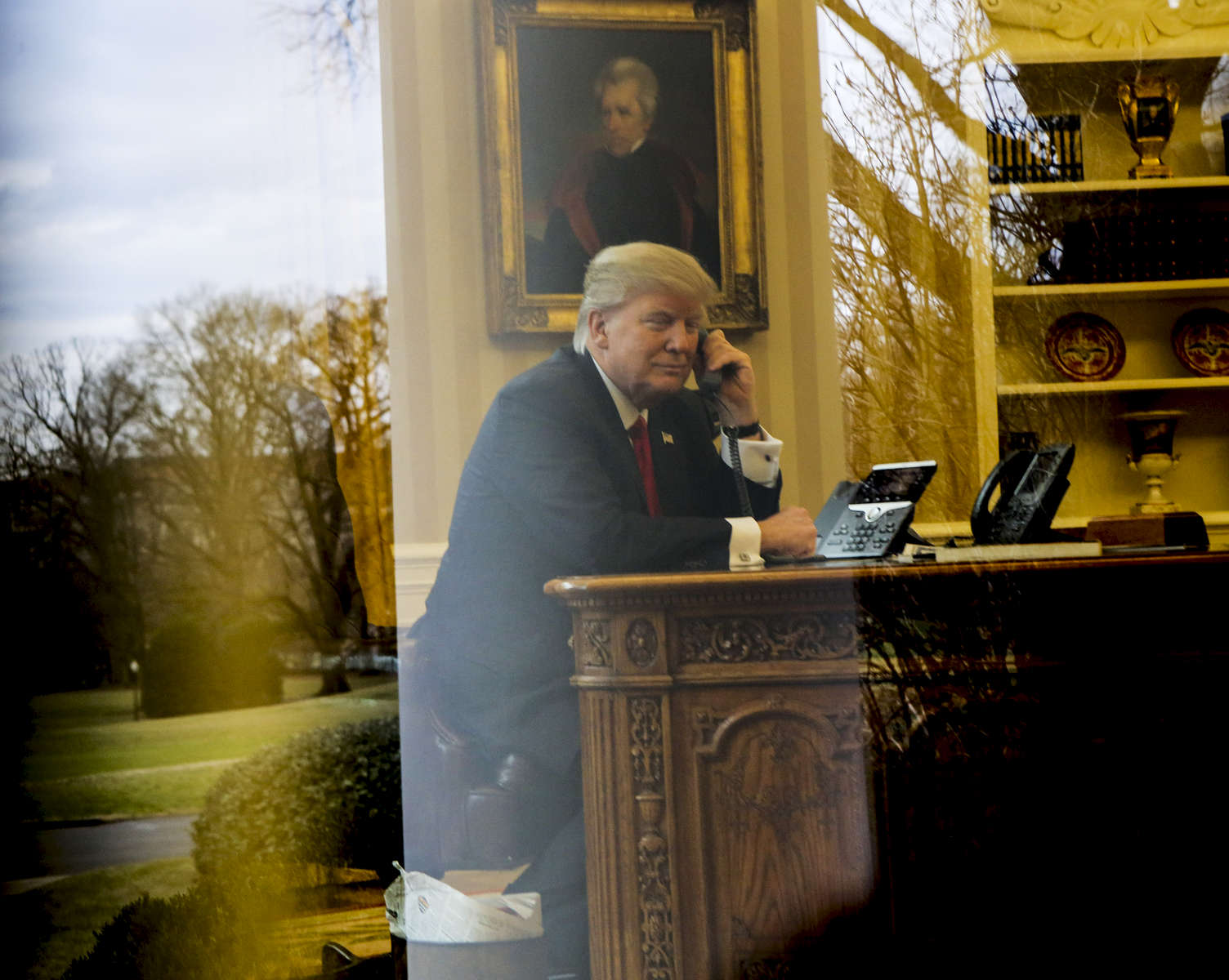 US President Donald Trump on the phone in the Ovale Office.
