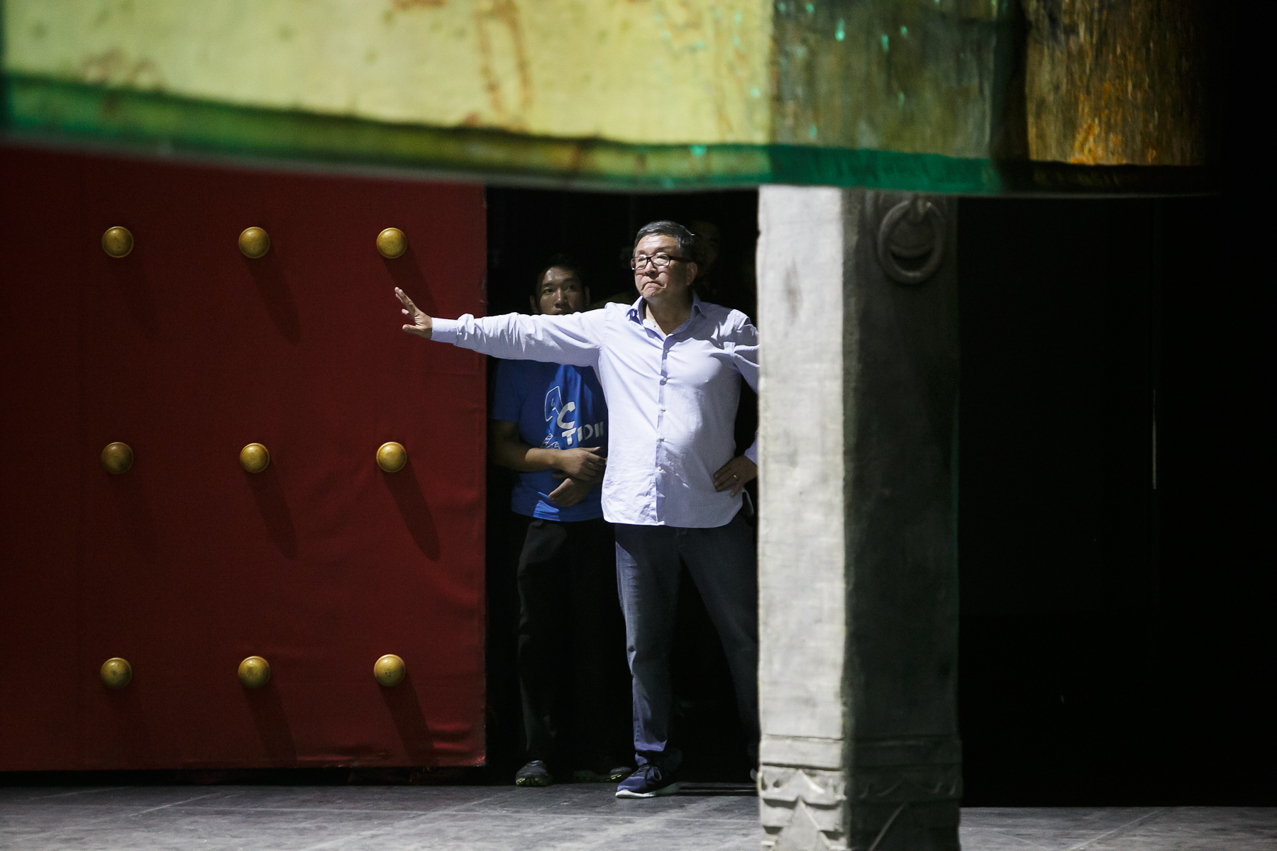 Director Wang Huquan of China National Opera House gestures to the actors during the second rehearsal of Giacomo Puccini\'s Turandot in Cankarjev dom Cultural & Congress center in Ljubljana, Slovenia, Aug. 31, 2015.