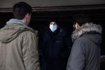Režiser Marko Šantić v pogovoru z Juretom Henigmanom in Benjaminom Krnetićem na snemanju filma Zbudi me.--------------------------------------------------Director Marko Šantić in conversation with actors Jure Henigman and Benjamin Krnetić on the set of Wake Me.