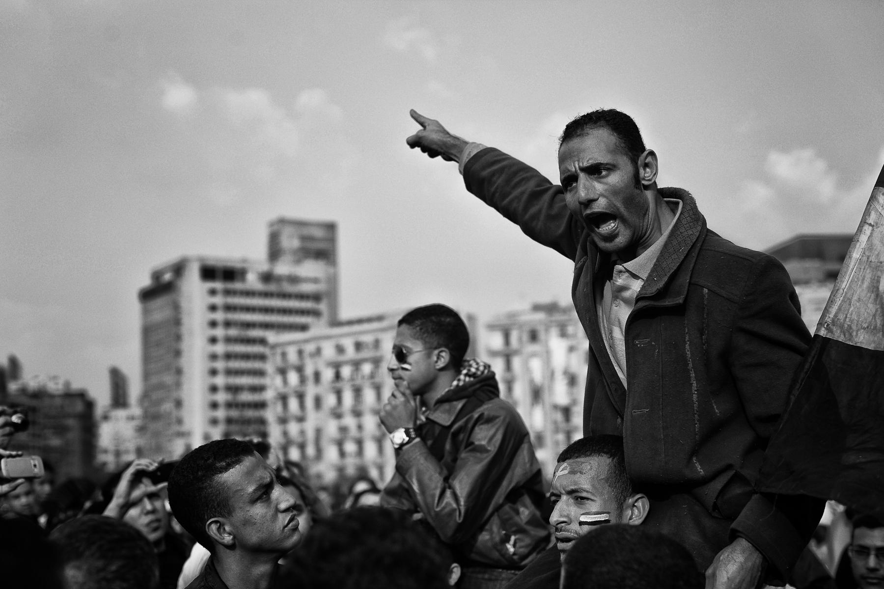 En Egypte , un an après la Révolution qui fit tomber le Président Hosni Moubarak, la rue descent à nouveau dans la rue et Place Tahrir pour demander le départ du Marechal Tantaoui et des mililitaires. Les femmes bien que de plus en plus victimes de harcèlements dans la rue sont pourtant présentes parmis les manifestants.