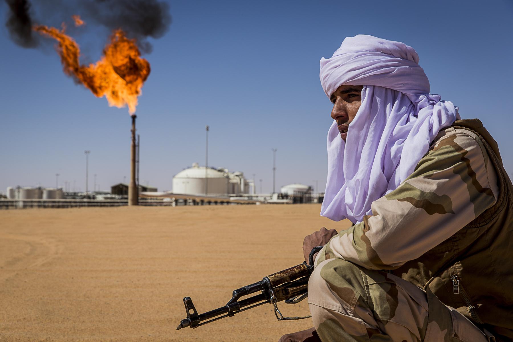 Une patrouille mixte ,touaregs, \{quote}arabe\{quote} de Zintan monte la garde autour d\'instalation pétrolière autour de la ville d\'Ubari en pays touareg
