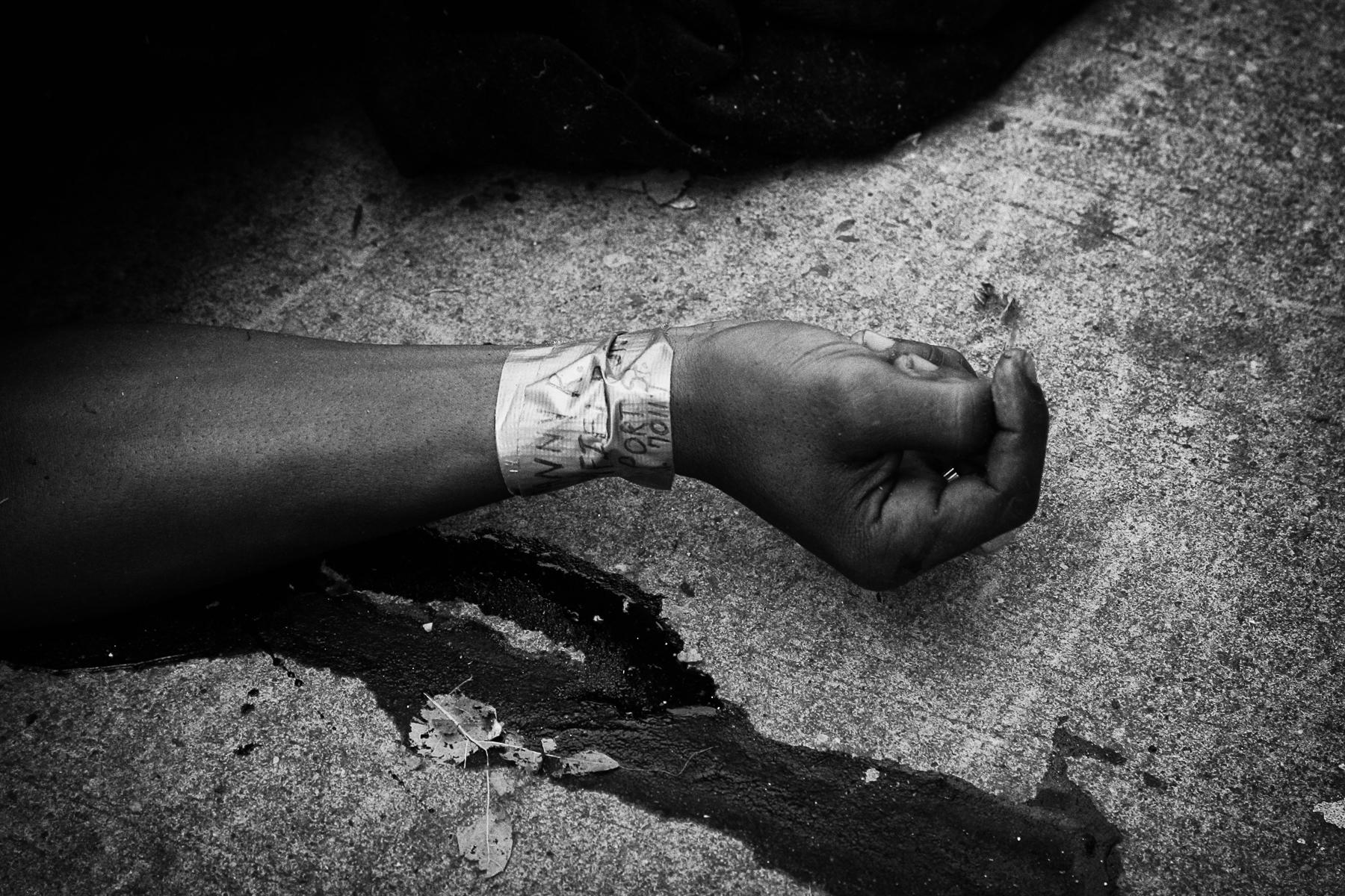 USA, septembre 2005. Un suspect de vol abattu par la police dans les rues de la Nouvelle Orléans après le passage de l'ouragan Katrina.USA, September 2005. A suspect of robery shoot by the police lies in the street of New Orleans after Katrina's disaster.