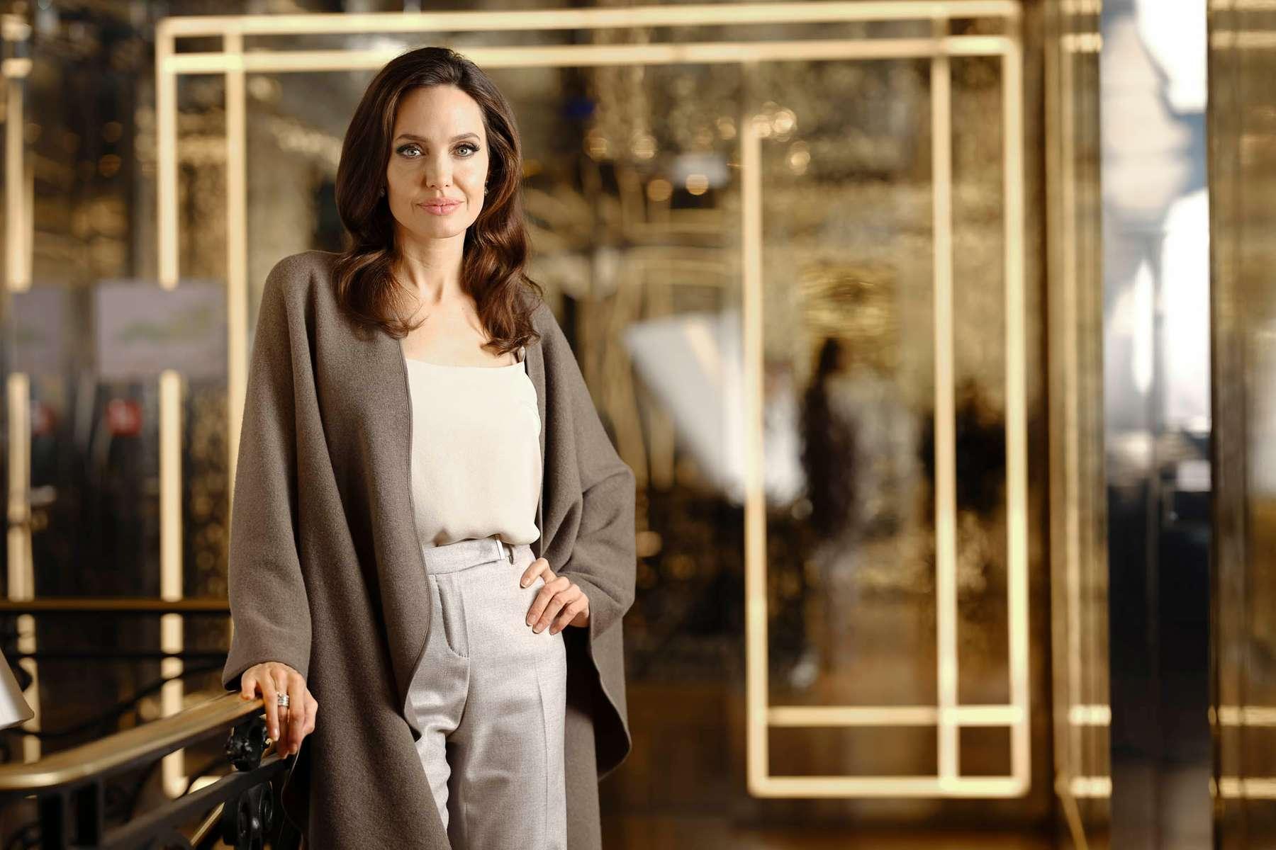 l'actrice américaine Angelina Jolie dans l'escalier de la boutique du parfumeur Guerlain sur les Champs Elysées