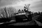 Sur la route de Donetsk, de retour de la ligne de front, un transport de troupes de l\'armée ukrainienne.