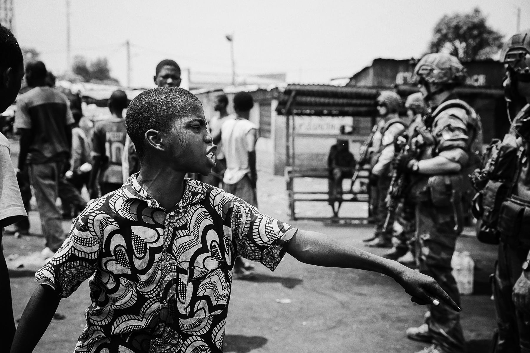 RCA, février 2014. A Bangui, les militaires français de l'opération Sangaris en RDC s'interposent entre les derniers Peuls pas encore évacués du point kilométrique 12 et des jeunes chretiens infiltrés par les anti Balaka.CAR, February 2014. In Bangui, french military from the Sangaris operation try to avoid anti Balaka and youg Christian extremists to attack a convoy of Peuls muslims that is leaving the PK 12, the way out of the capital.