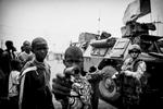 Les militaires français de l\'opération Sangaris en RDC s\'interposent entre les derniers Peuls pas encore évacués du point kilométrique 12 et des jeunes chretiens infiltrés par les anti Balaka.