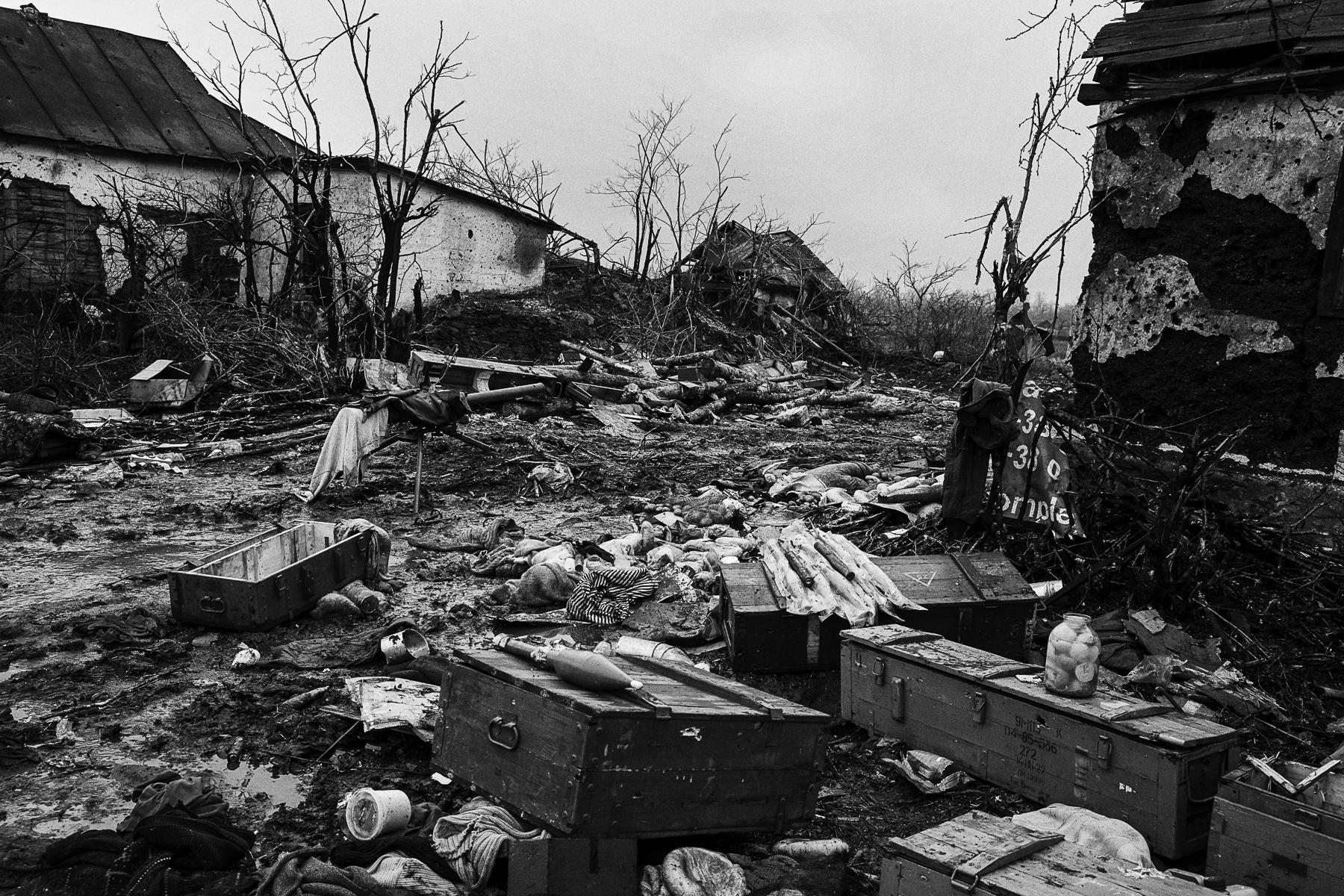 Le village de Nivichenko à 12 km de Debaltseve à été complètement détruit par la bataille qui a opposée l\'armée Ukrainienne et les forces séparatistes. Les rebels tiennent le village et on pris position dans l\'école et dans les ruines