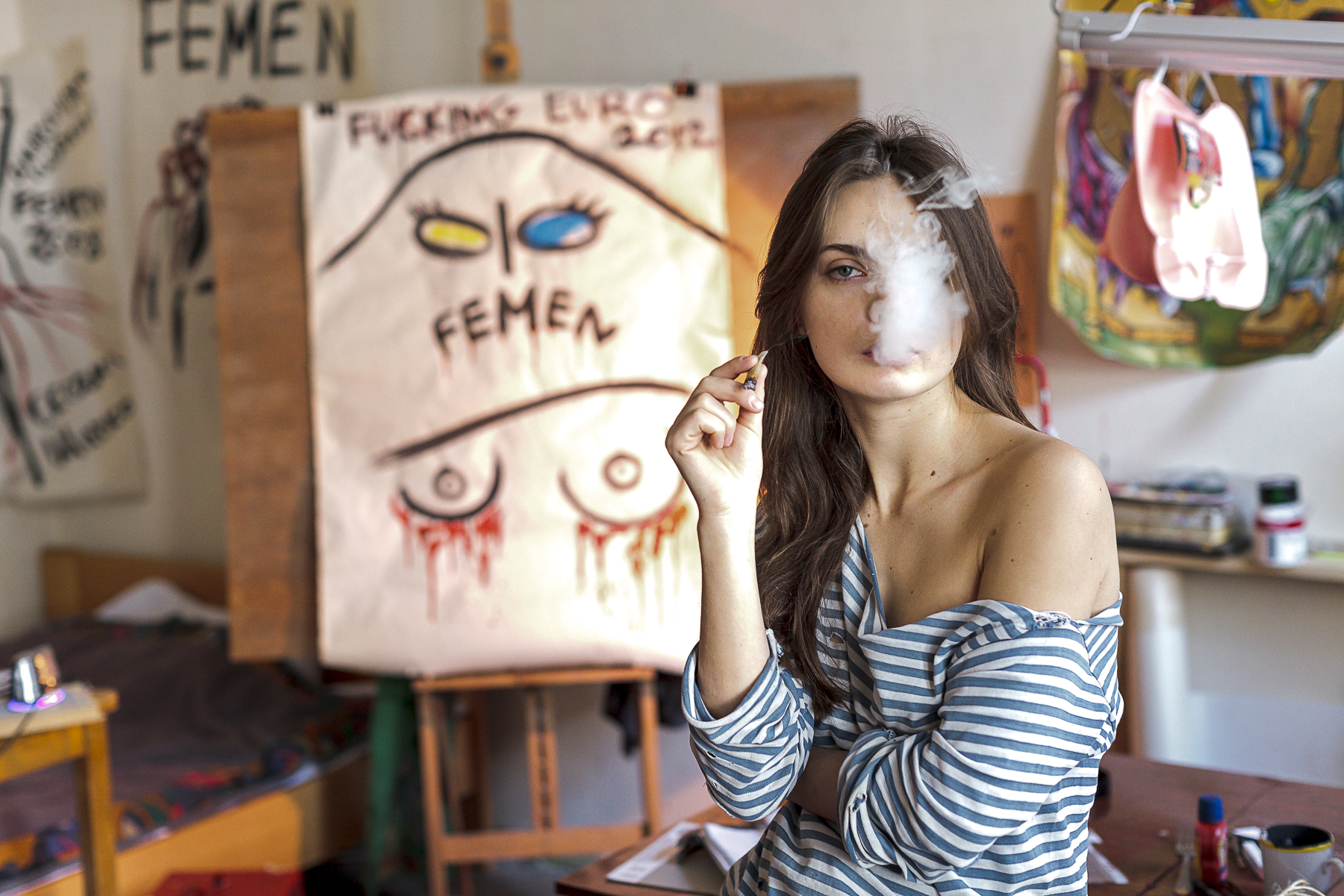 Ukraine, février 2012. Oxana, la peintre des FEMEN chez elle à Kiev.Ukraine, February 2012. Oxana painter of the feminist group FEMEN in her studio in Kiev.