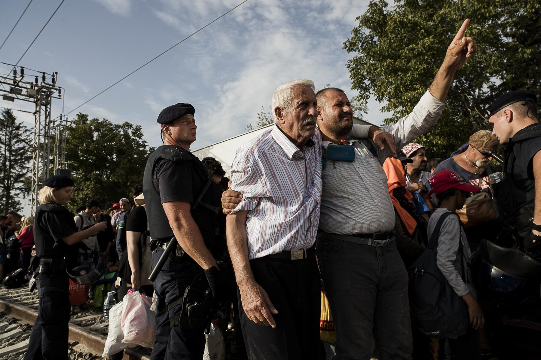 Dans le village de Tovarnic,à deux Km de la frontière Serbe les réfugiés arrivent à travers champs au rythme de 350 par heures. Le gouvernement Croate essaye d\'organiser leur tranfers vers le nord et la frontière hongroise soit par bus soit par train. L\'attente sous le soleil ou sous la plus est terriblement éprouvant pour ces réfugiés souvent accompagnés d\'enfants. Les trains sont pris d\'assault et la police Hongroise complétement débordée.