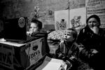 A Petrovski, quartier à l\'ouest de Donetsk,  quotidiennement bombardé par l\'armée ukrainienne, entre 200 et 500 personnes vivent depuis juillet 2014 dans les caves de la maison de la culture.Privés d\'école, à gauche, Génia, 11 ans, joue aux jeux vidéo sur un ordinateur portable. A à sa droite, Ivan, 3 ans. Derrière, la mère de Génia, Luba, 38 ans, au chomâge aujourd\'hui. Elle ne touche plus d\'argent depuis cet été.